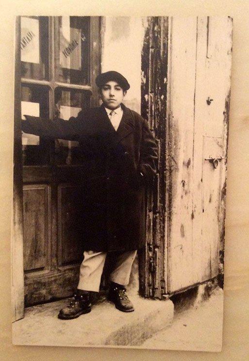 """Una passione nata già all'età di 10-11 anni. Il piccolo """"Gino"""" all'ingresso della prima tipografia del centro storico di Rossano"""